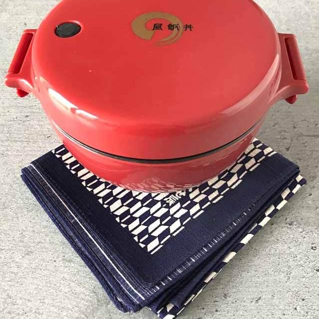Furoshiki - Anleitung zum Einpacken von Bentoboxen in Tücher: Auch runde Bentoboxen lassen sich mit Tüchern einwickeln.