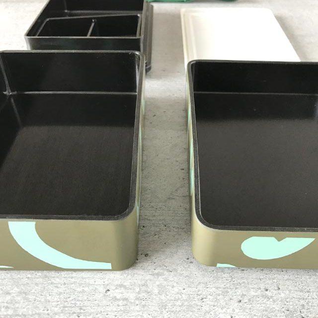 Furoshiki - Anleitung zum Einpacken von Bentoboxen in Tücher: die recheckige Bentobox hat zwei Etagen mit einem Zwischendeckel und einer Einlage.