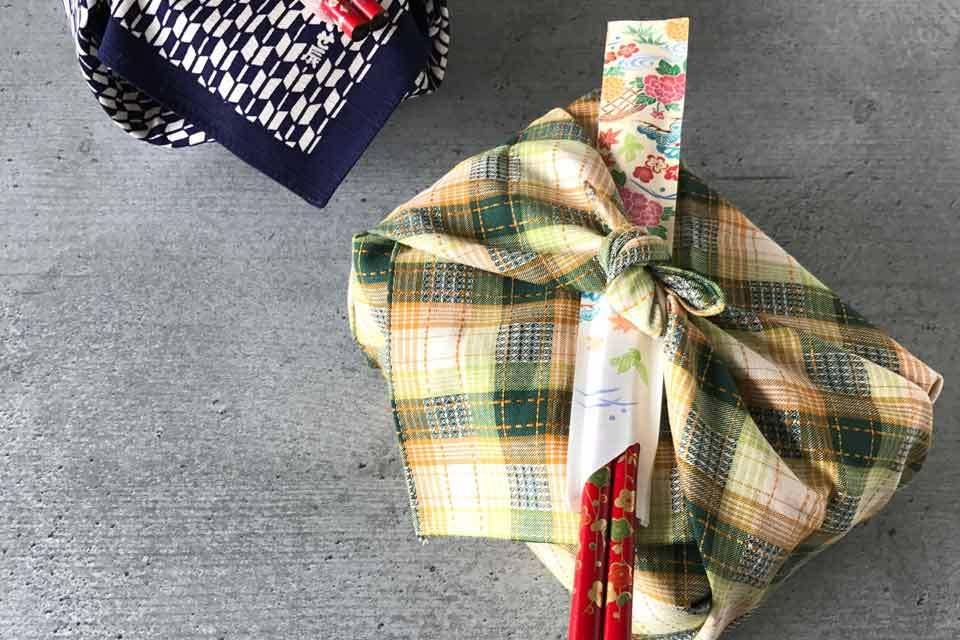 Furoshiki: die Bentoboxen sind stileckt für das Kirschblütenpicknick verpackt.