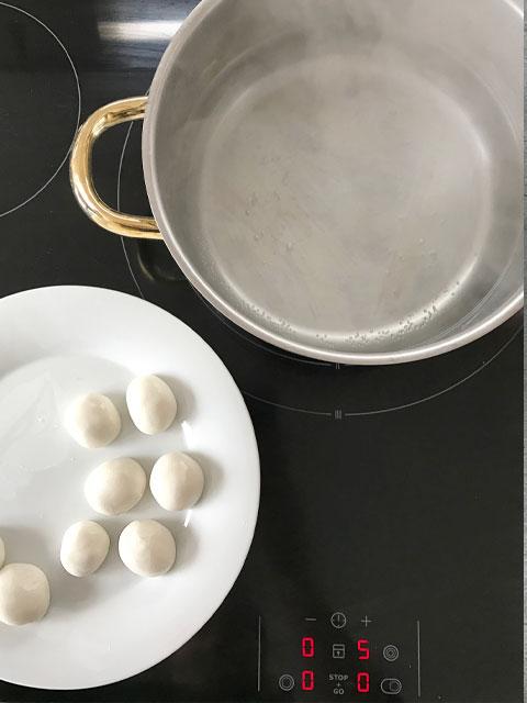 Die Dango-Klöschen ins siedende Wasser geben und 2-3 Minuten köcheln.