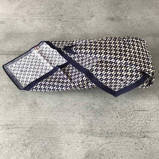 Furoshiki - Anleitung zum Einpacken von Bentoboxen in Tücher: die Seiten einschlagen und nach oben klappen.