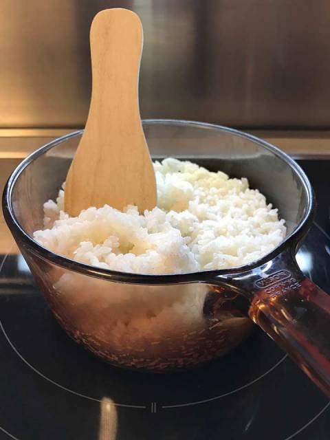 Für die Yaki-Onigiri benötigt man vorgekochten Sushi-Reis.