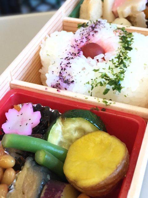 Zur Kirschblüte werden Bentoboxen zubereitet und mit eingelegtem Gemüse in Form von Kirschblüten dekoriert.