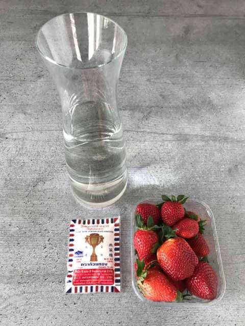 Die Zutaten für den Raindrop Motchi: Wasser, pflanzliches Geliermittel und frische Erdbeeren.