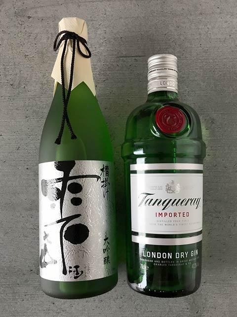 Die Hauptzutaten für den Sakura Martini: Sake und Gin.