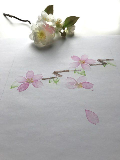 Die gestämpfelten Kirschblütenblätter wirken zart und sehr japanisch.