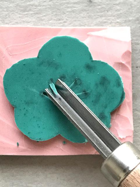 Für Details des Stempels im Kirschblütenmotiv kannst du auch ein Linolschnitzmesser verwenden.