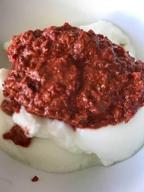 Die Tandoori-Gewürzpaste mit dem Joghurt mischen.