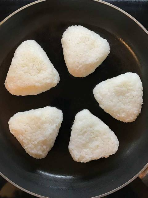 Yaki Onigiri: die zu Dreiecken geformten Reisbällchen ohne Fett langsam anbraten.