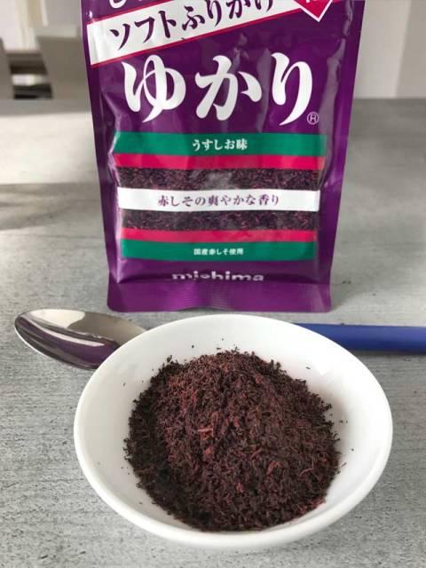 Die fertige Würzmischung Yukari enthält getrocknete rote Shisoblätter und Salz.