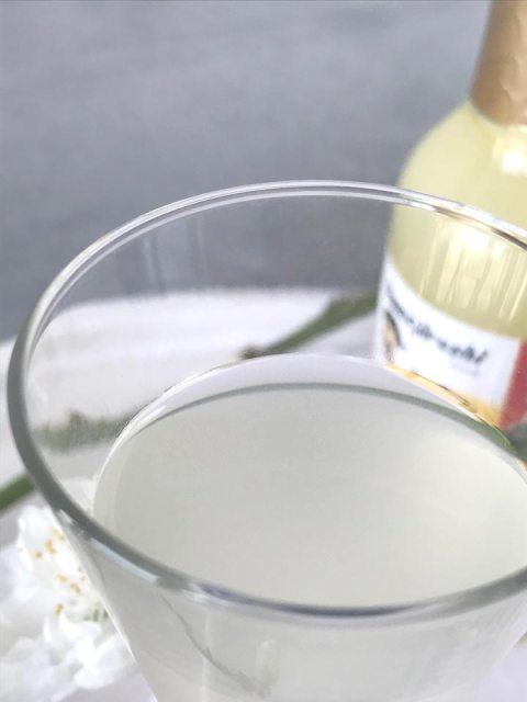 Für die Yuzu-Honey-Limonade braucht man nur ein paar Tropfen des frischen Saftes sowie Honig.