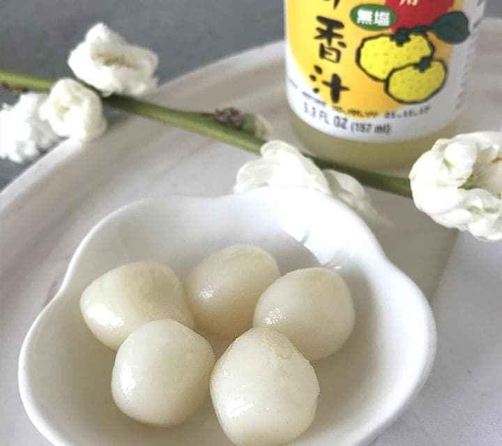 Die Motchi aus Klebreismehl wurden mit Yuzu-Saft aromatisiert.