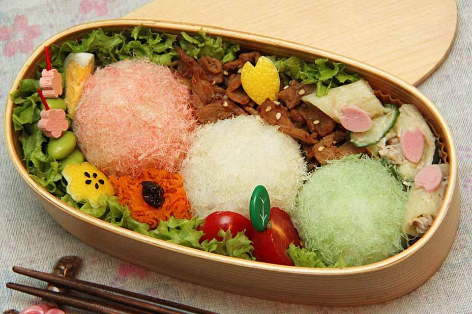Das fertig dekorierte Sakura-Bento mit Sakura Denbu Reisbällchen.