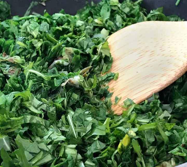 Den gehackten Ruccola und die Bärlauchblätter in der Pfanne kurz anbraten.