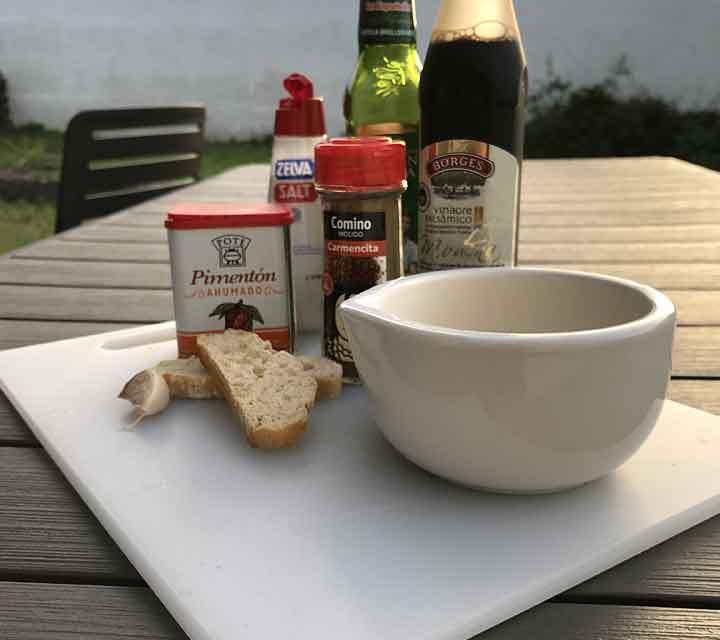 Die Zutaten für Mojo Rojo: Pimentón Ahumado, Kreuzkümmel, Weißbrot, Essig, Öl, Salz und Pfeffer.