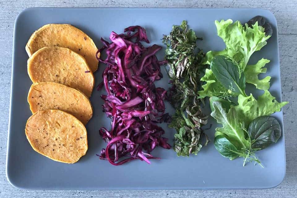 Die vorbereiteten Zutaten für die veganen Onigirazu.