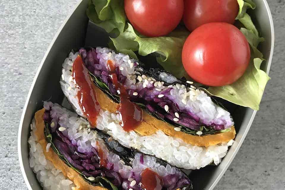 Die Onigirazu machen sich auch gut als Bento.
