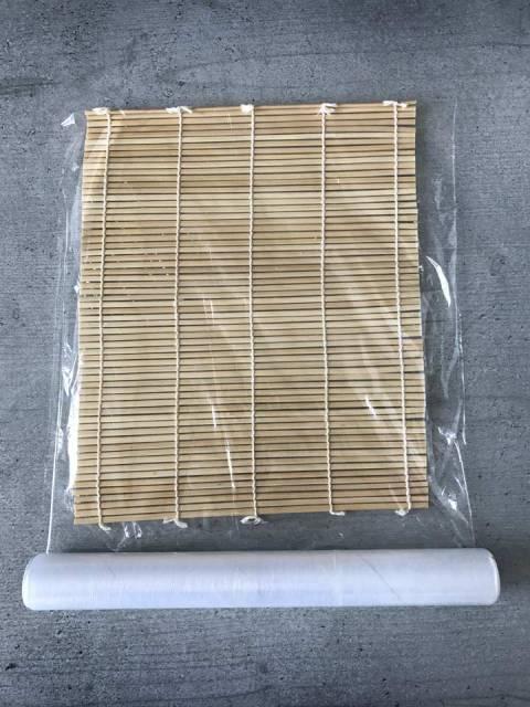 Damit der Sushireis nicht hängen bleibt, wird die Bambusmatte wird mit Folie umwickelt.