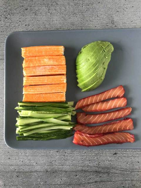 Die vorbereiteten Füllungen: Surimi, Avocado, Gurke und Lachs.