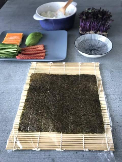 Alle Zutaten für die California Maki sind vorbereitet und liegen auf Griffnähe.