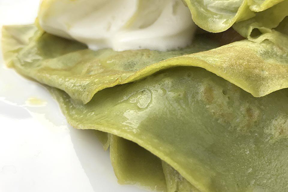 Rezept für feine Matcha Crepe Suzette mit Vanilleeis - flambierte Liebe.