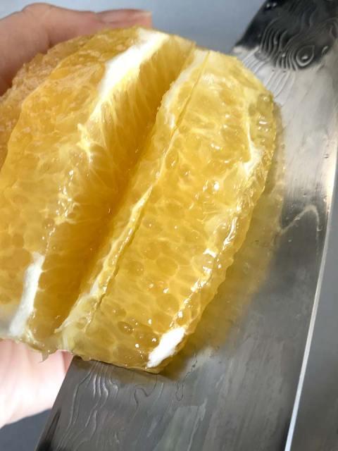 Die Fruchtfilets mit einem scharfen Messer entlang der Haut herausschneiden.