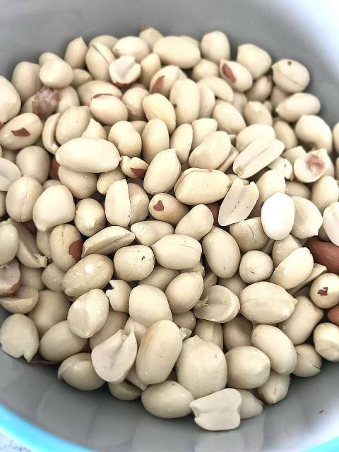 Die geschälten Erdnüsse in einer Pfanne ohne Öl leicht anrösten.