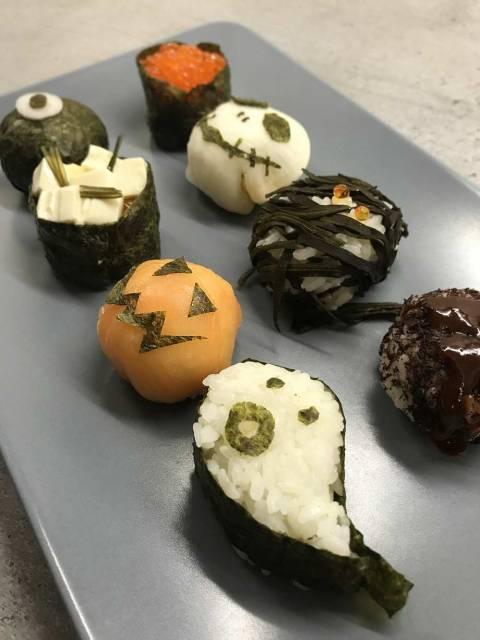 Zum anbeissen: die kleinen Halloween Sushi aus Lachs, Seetang, Rettich und Sushi-Reis.