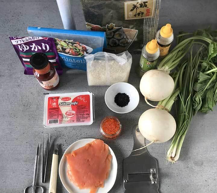 Die Zutaten für die Halloween-Sushi: Nori, Reis, Chilisauce, Sesamkörner, Rettich, Tofu, Rogen und Lachs.