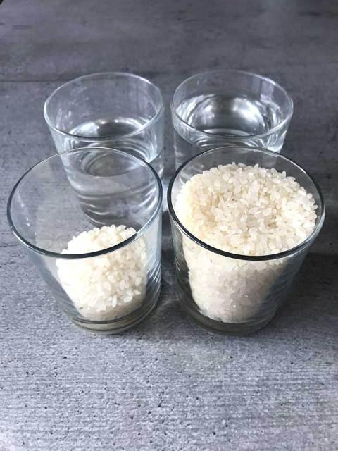 Für 2 Personen aus 250 g Reis und 330 ml Wasser den Sushi-Reis kochen.