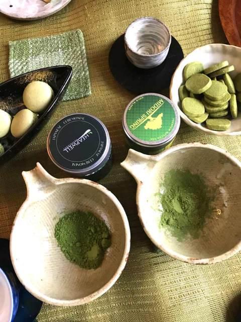 Der grüne Tee wurde abgewogen und jeweils gleichen Wassermenge angerührt.