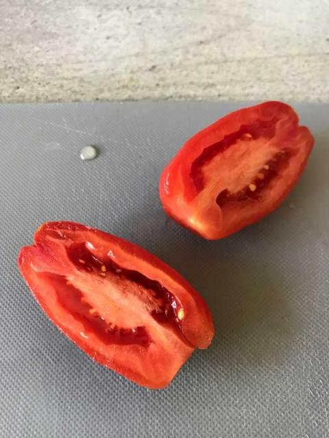 Besonders gut eignen sich längliche Tomaten ohne viele Kerne, wie zum Beispiel die San Marzano Tomaten.