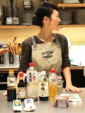 Die Zubereitung der Mitarashi Dango habe ich von der japanischen Köchin Fumiko Suzuki in der Kochschule von Goldhahn & Sampson in Berlinerlernt.