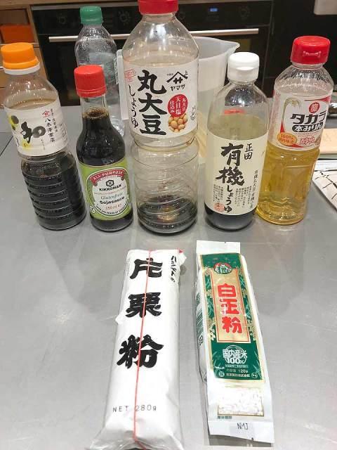 Nur wenige Zutaten werden für Mitarashi Dango benötigt: Reismehl, Sojasauce, Zucker und Wasser.
