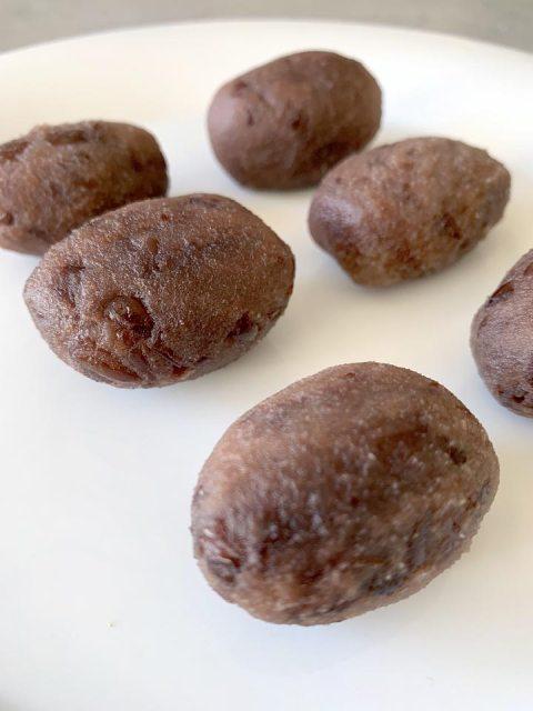 Die rote Bohnencreme wird mit den Händen zu 6 gleichgroßen Bällchen geformt.