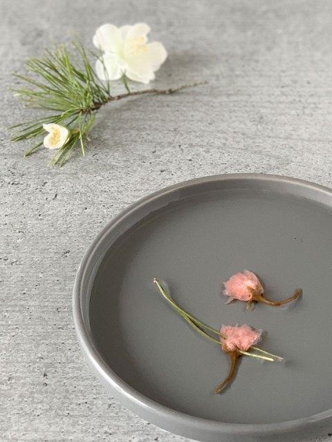 Die salzig eingelegten Kirschblüten werden kurz gewässert.