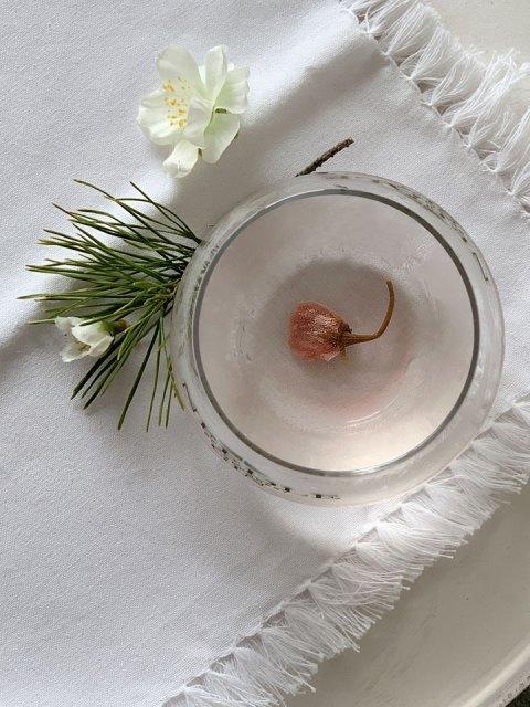 Die salzig eingelegte Kirschblüte gibt dem Needle Gin Sakura Martini eine besondere Note.