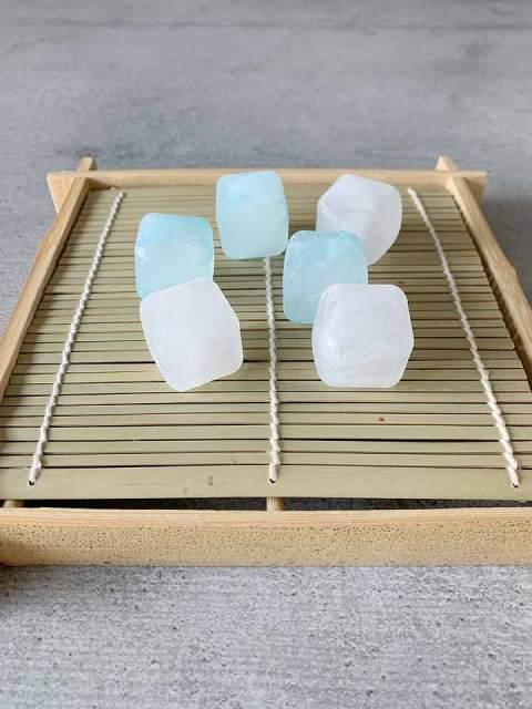 Damit die japanischen Somen-Nudeln kühl bleiben, können sie auf Eiswürfeln oder diesen praktischen kleinen Kühlelementen serviert werden..