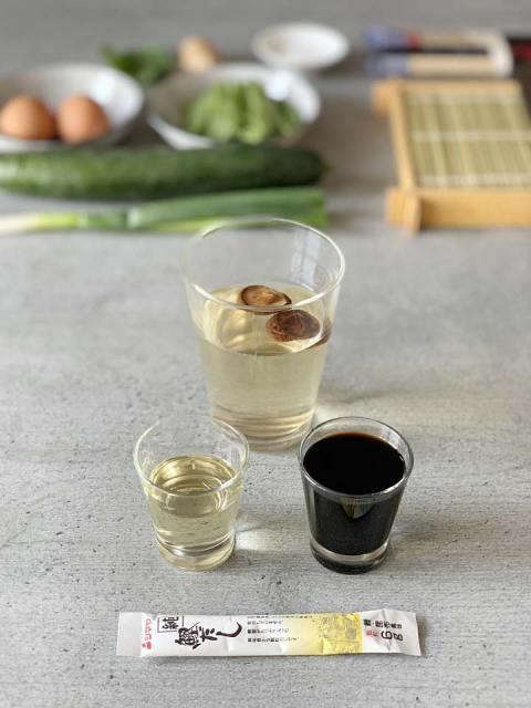 Die ka.te Somennudel Dip-Sauce wird aus Shitakepilzen, Miriin, Sojasauce und Dashi gemischt.