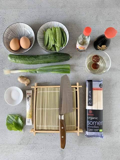 Als Beilage zu den kalten japaniischen Somen-Nudeln: lnackige Salatgurke, Zuckererbsen, Kräuter, Frühlingszwiebeln und ein Omelette.