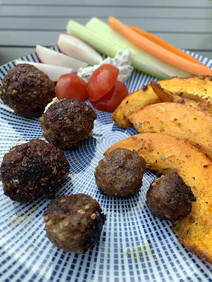 Zu den Senfbouletten passt gegrilltes Gemüse wie zum Beispiel Kürbis und frischer Salat.