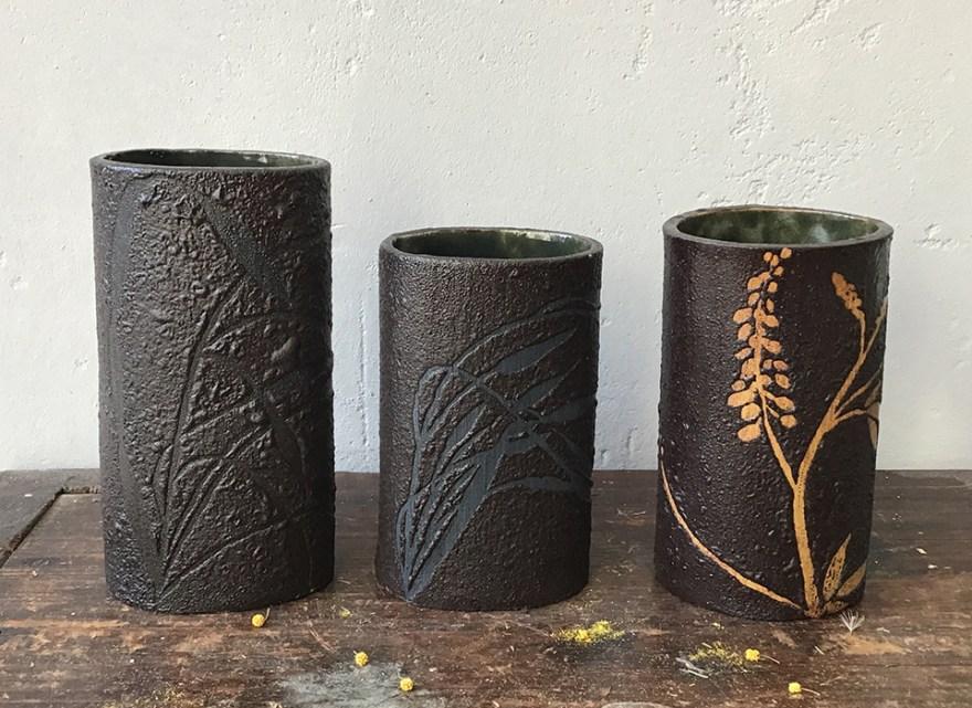 vazen keramiek zwart en blauw en oker wilde bloemen en grassen