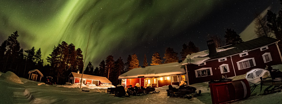 Hotel Katkavaara yard and northern lights