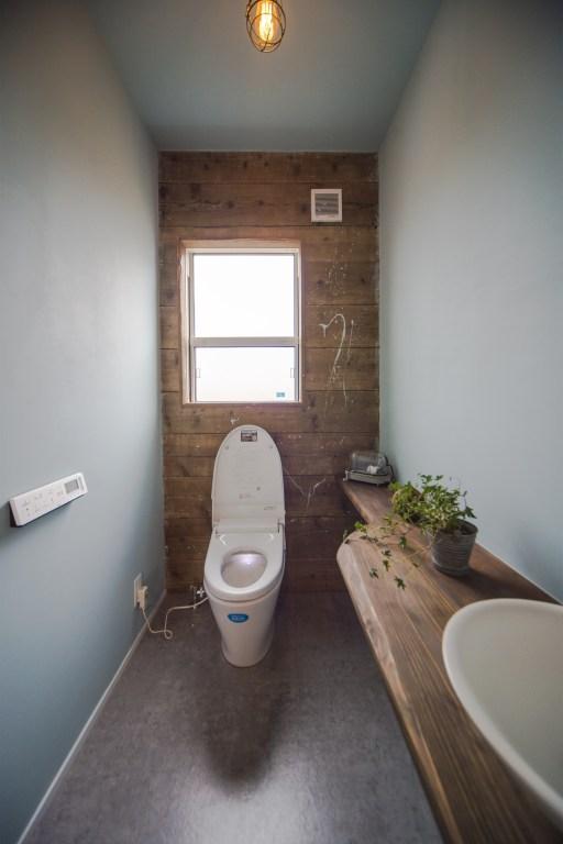 USED足場壁と、DIYによるペンキ仕上げのトイレ