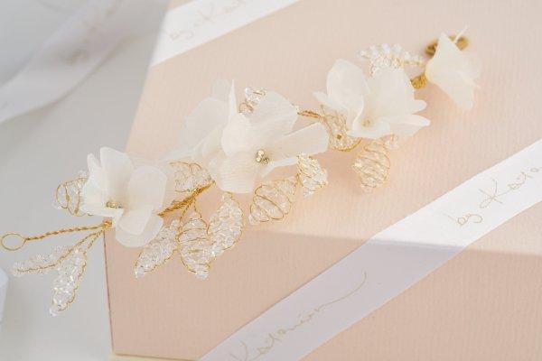 siidist lillede kristallist lehtedega kaunistus pruudisoengusse
