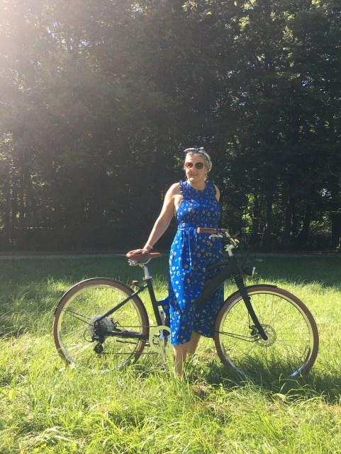 Frau mit E-Bike auf einer Wiese