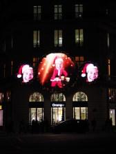 Hologramme tanzen über die Fassaden