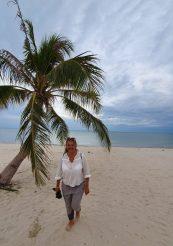 Bluse von Comtoir de Cottoniers, Hose Marc'o'Polo am Strand von Khanom