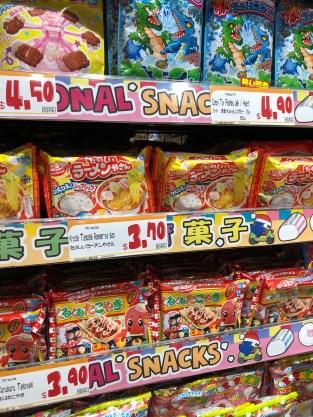 bunte Verpackungen im Supermarkt in Singapur