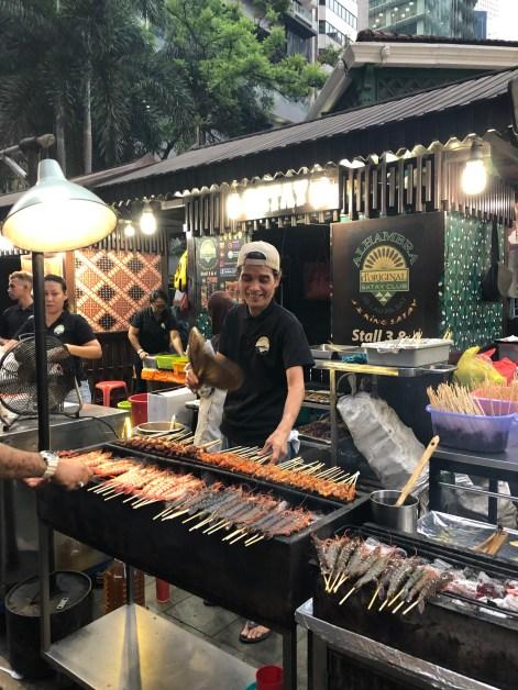 Satayspiesschen vor dem Lau Pa Sat Markt in Singapur